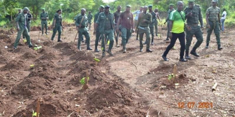 Des agents des eaux et forêts heureux de participer au reboisement. (DR)