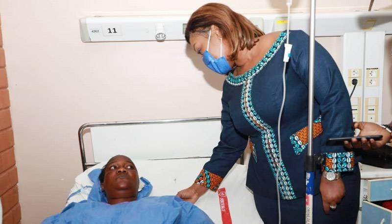 La ministre Myss Belmonde Dogo s'est rendue au chevet des blessés de l'accident sur l'autoroute du nord Pk 105. (DR)
