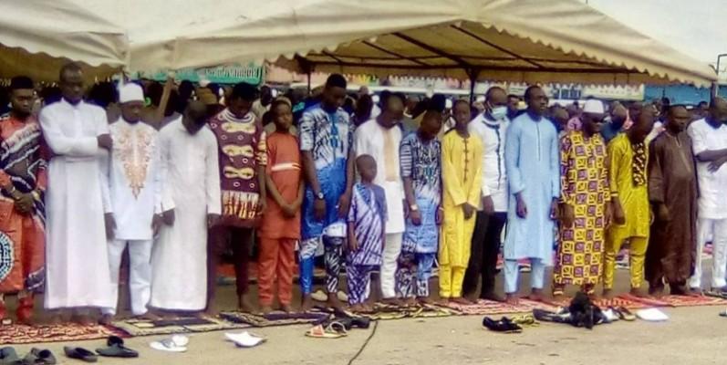 Une vue des fidèles musulmans lors de la prière. (Franck YEO)