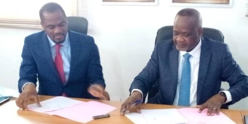 Le directeur du CNTS (à droite) et celui de IHS (à gauche) ont apposé leur signature. (Bavane)