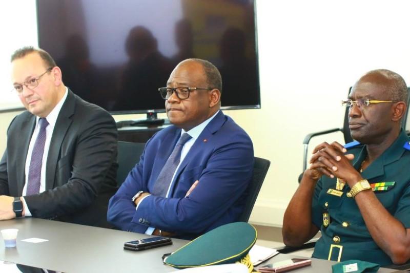 L'Ambassadeur Haidara Mamadou (au centre) le général de brigade, Kouaho Amichia (à sa gauche) et Édouard, l'investisseur israeélo-américain. M. Amar Sharon (à sa droite)