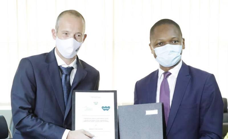 Échange de parapheurs entre les signataires de la convention de partenariat, Jean-Louis Kouadio (à droite) et Nicolas Decrock (à gauche). (DR)