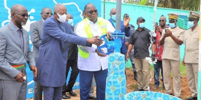 Le ministre Tchagba Laurent et le médiateur de la République ouvrent la vanne (DR)