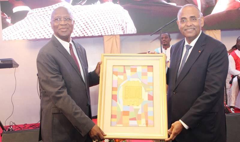Les deux chefs de gouvernement tenant un tableau. (Photo : Joséphine Kouadio)