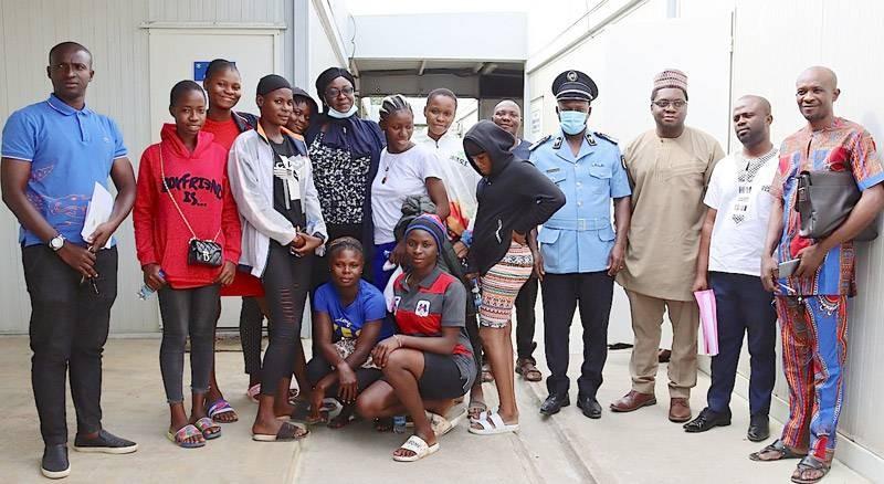 Le Consul du Nigéria (3ème à partir de la droite) pose avec ses compatriotes et les autorités policières. (Photo : DGPN)