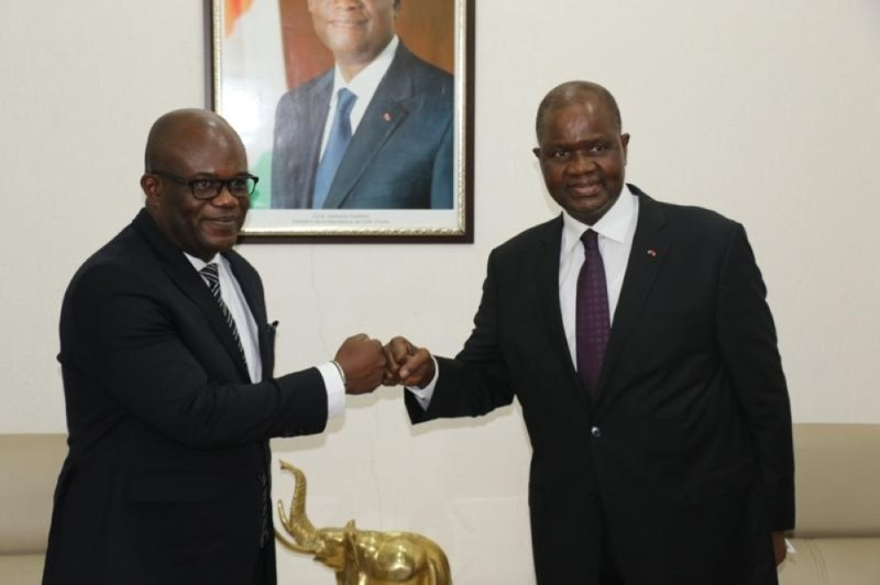 Le représentant résident du Ndi ( à gauche) a fait ses adieux au Président de l'Assemblée nationale. (Ph: Dr)