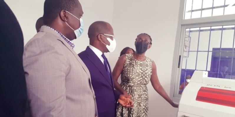 Le ministre de la Santé, Pierre N'Gou Dimba, s'est fait une idée des équipements, avant de promettre son appui au personnel médical pour l'amélioration de ses conditions de travail. (Photo : DR)