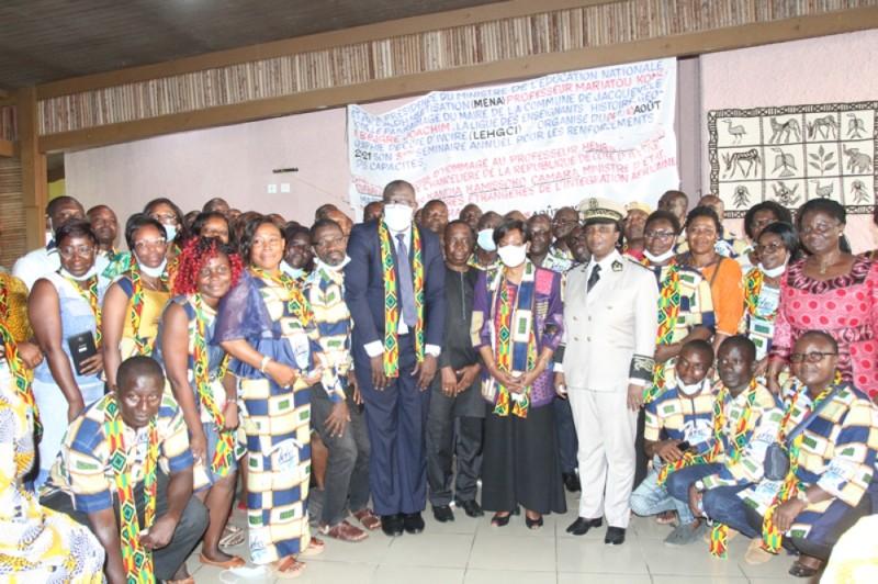 Les enseignants (en uniforme) ont effectué massivement le déplacement pour célébrer le professeur Henriette Diabaté. ( PHOTOS : Joséphine Kouadio).