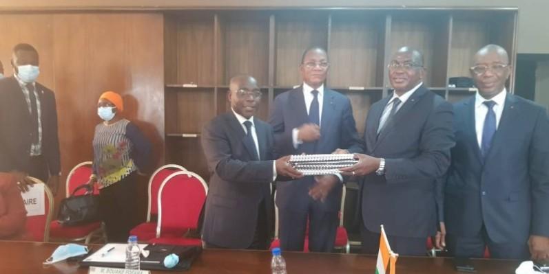 L'ex-directeur général Bouaké Fofana (à gauche) remettant les dossiers des charges au directeur général entrant Brahima Traoré (à droite) sous le regard bienveillant du ministre Bruno Koné. (DR)