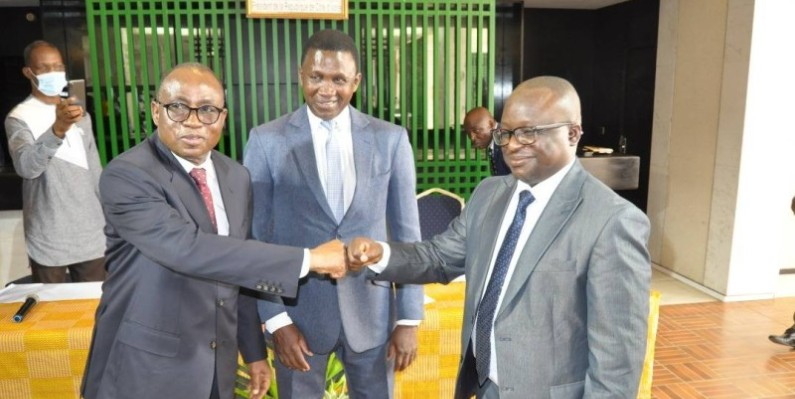 Le ministre Koffi N'Guessan, Dg sortant (à gauche) et Moussa Kader Diaby, l'entrant. (Photo : DR)