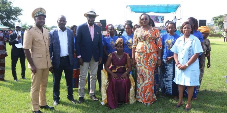 La présidente de l'Ong 2000 femmes en action, Kéhi Nébio Armelle (assise), a été investie en présence d'une brochette de personnalités. (DR)