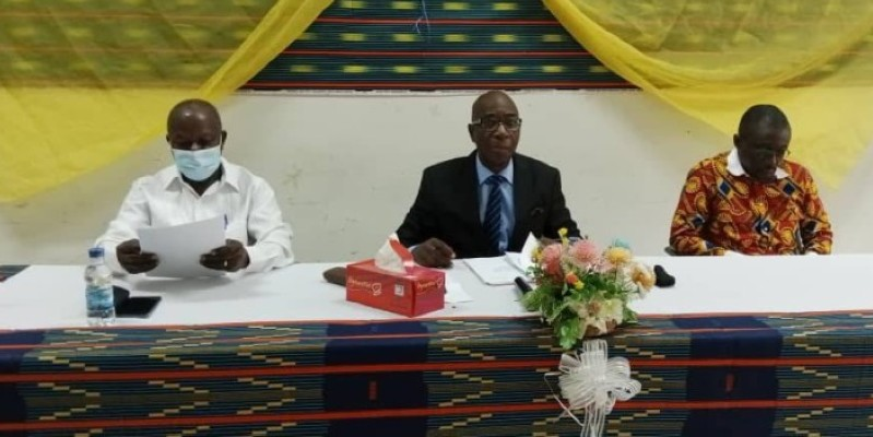 Pr Daniel Youzan Baha-Bi (au centre) a, au nom du Pr Jean-Noël Loucou, annoncé la reprise et le lancement de la 3e édition du prix. (DR)