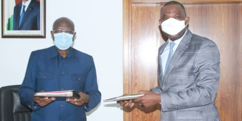 Gilbert Kafana Koné, maire de la commune de Yopougon et Ahmed Koné, président directeur général de K1 Agencies tenant les documents du contrat de convention (DR)
