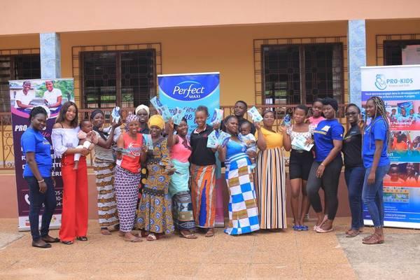 Les responsables de l'association '' Pro Kids Côte d'Ivoire'' avec les filles-mères ayant bénéficié des prises en charges.