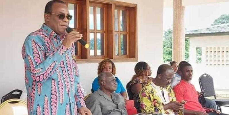 Le président du Fpi, Affi N'Guessan (debout), est en phase avec les militants du Moronou. (DR)
