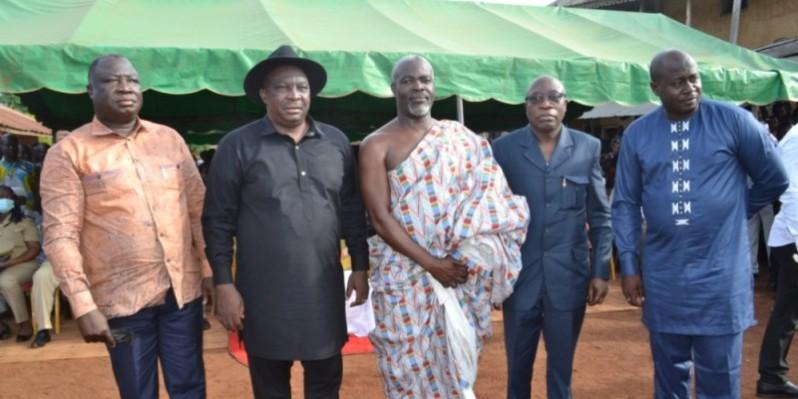 Kobenan Kouassi Adjoumani (en chapeau), Yoboua Cévérin et Serge Vremen (avec le pagne) ensemble pour le développement de leur région. (DR)