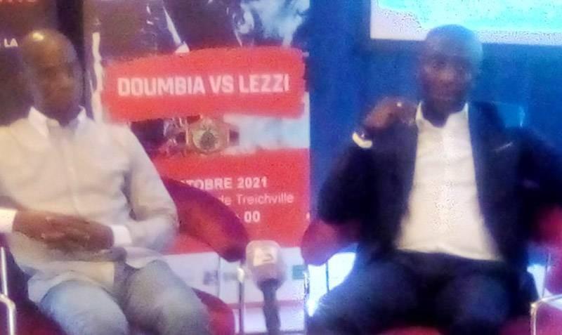 Jhimmy Ismaël Traoré (à droite), promoteur du gala en compagnie du président de la fédération ivoirienne de boxe, Arthur Boua. (Photo : Franck YEO)