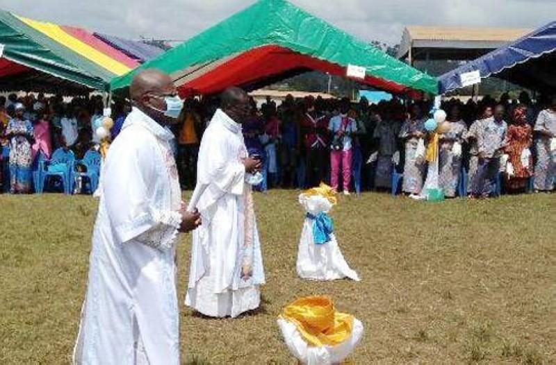 Les fidèles de la paroisse Sainte Marie mère de Dieu de Niambezaria dans la joie. (DR)