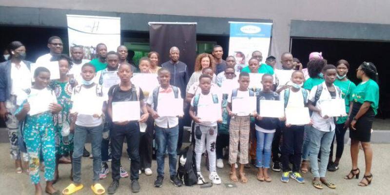 Rentrée scolaire : Kandia Camara assure la scolarité de 17 élèves à Abobo    FratMat