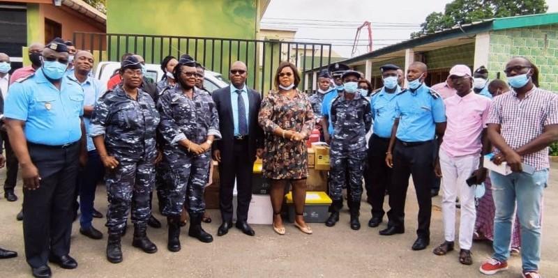 Des responsables de la police ont reçu le don. (DR)