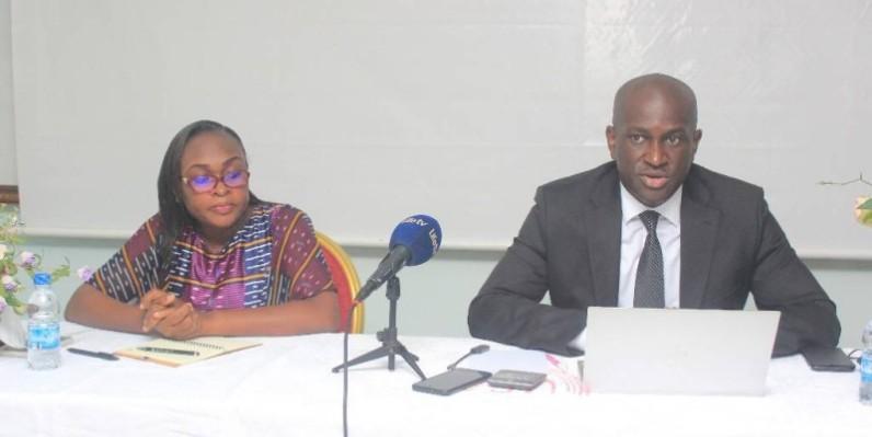 Le président de la Sicard, Pr Roland N'Guetta et la secrétaire à la communication, Dr Bénédicte Boka, à la table de séance. (DR)