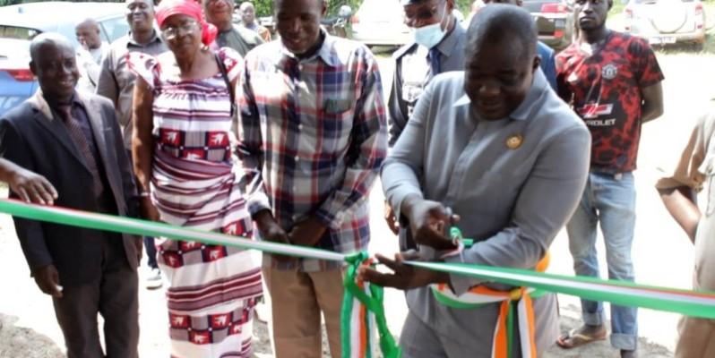 Le maire, Hippolyte Bayalla, coupant le ruban pour l'ouverture de la nouvelle gare routière.(DR)