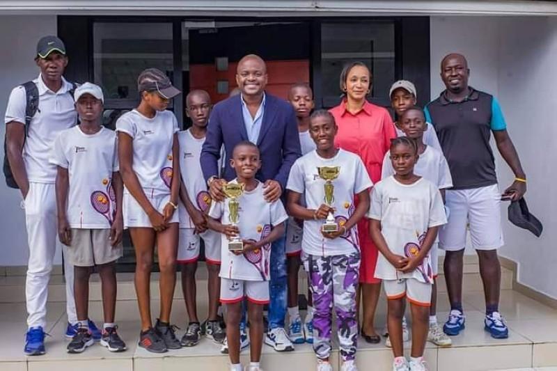 Les vainqueurs du tournoi de la charité félicités par Fabrice Sawegnon. (DR)