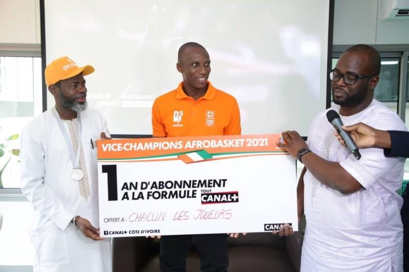 Le capitaine des Eléphants Basketteur, encadré par son entraineur et le Dg de Canal Côte d'Ivoire