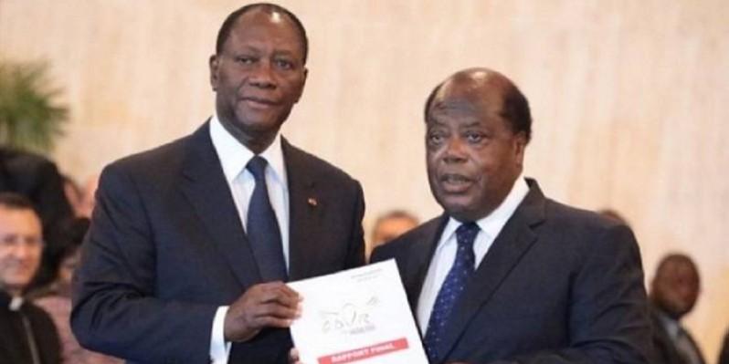 Le Président Ouattara et Charles Konan Banny lors de la présentation du rapport de la Commission dialogue, vérité et réconciliation (Cdvr), au Palais présidentiel. (Photo d'Archives)