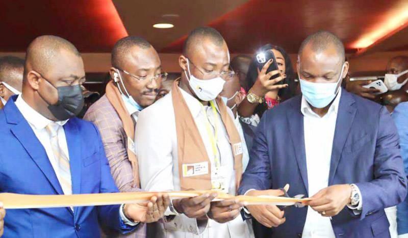 Le ministre Mamadou Touré coupant le ruban en présence des organisateurs du Forum national du jeune cacaoculteur. (Photo : DR)