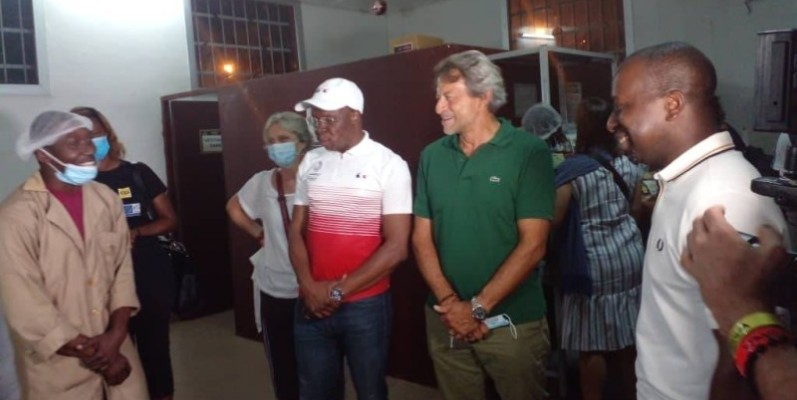 Yannick Amoa (en blouse à l'extrême gauche) s'est réjoui de cette visite et a lancé un appel aux autorités gouvernementales pour un appui. (Dr)