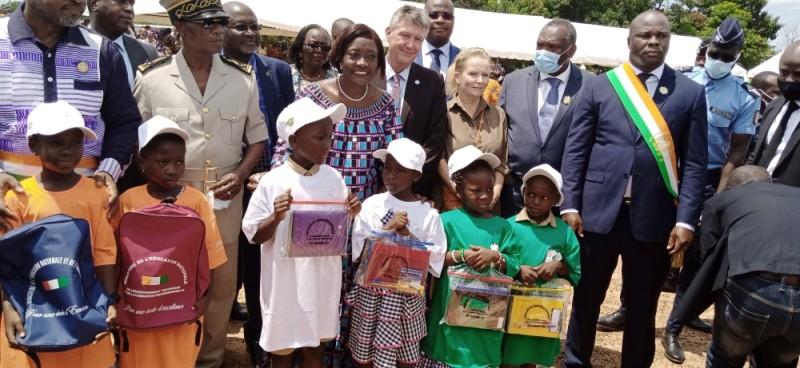 A Bouaflé, des écoliers ont bénéficié de la remise symbolique des kits scolaires. (Photo : Saint-Tra Bi)