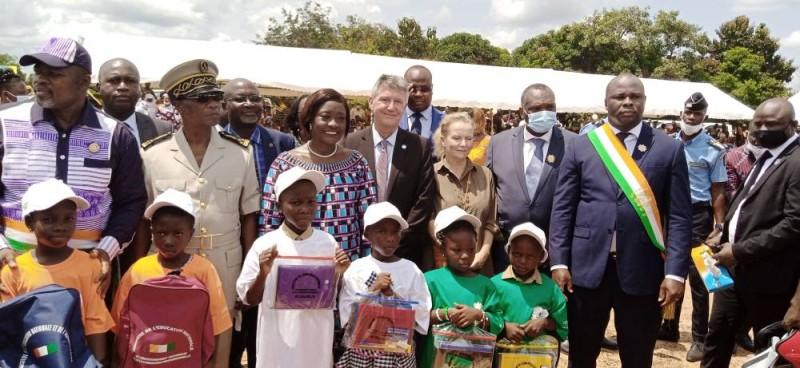 Mariatou Koné en compagnie des autorités de Bouaflé et des premiers élèves ayant reçu leurs kits. (Photo : Saint-Tra Bi)