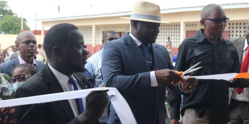 Le premier adjoint au maire, Jean-Claude Toka (au centre), procédant à la coupure du ruban. (Bavane)