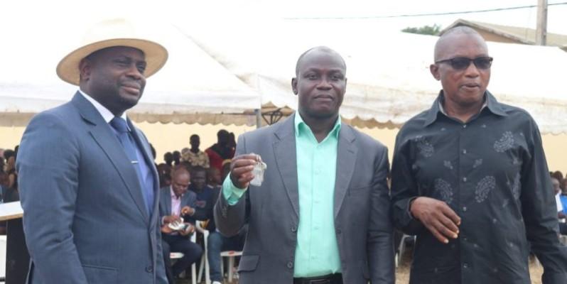 Le directeur de la nouvelle école (au centre) heureux de recevoir les clés. (Photo : Bavane)