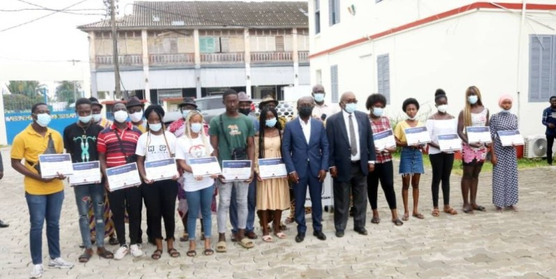 Des dizaines de nouveaux bacheliers de Grand-Bassam ont reçu des bourses d'études de la part des autorités municipales. (Dr)