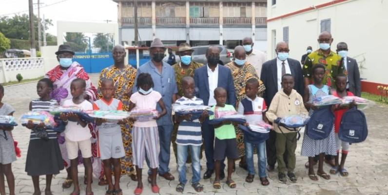 Les élèves de Grand-Bassam bénéficient d'une attention particulière des autorités municipales à leur tête le maire Jean-Louis Moulot. (Dr)