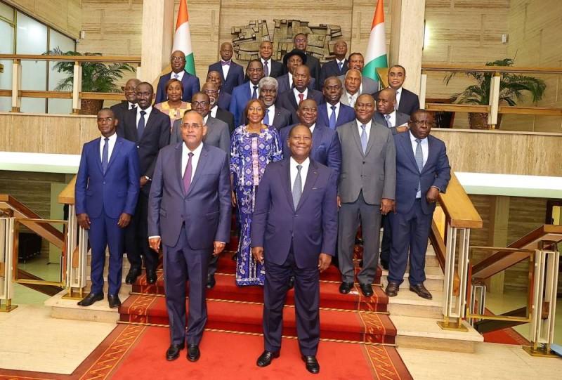 Les 14 ministres gouverneurs posant avec le Président Alassane Ouattara et le Premier ministre Patrick Achi