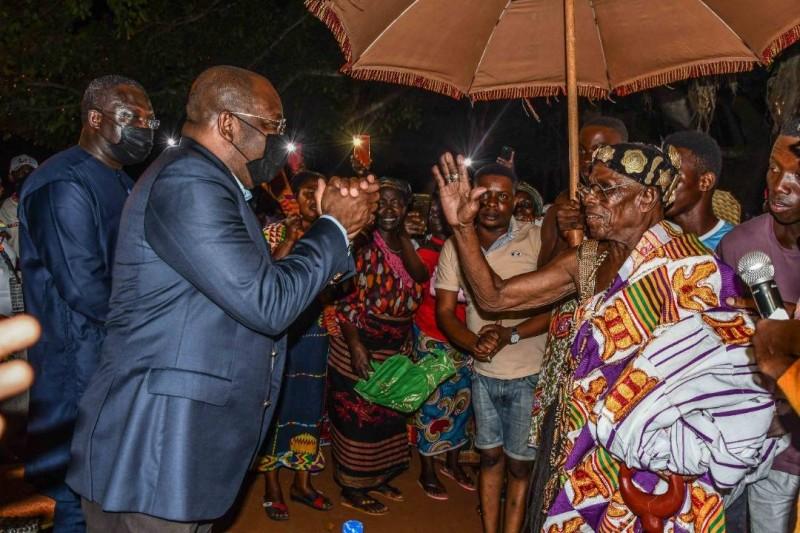 Le ministre Siandou Fofana, ministre du Tourisme et des Loisirs, s'adressant avec déférence à Sa majesté Nanan Adingra Kouassi Adjiman, Roi des Abrons