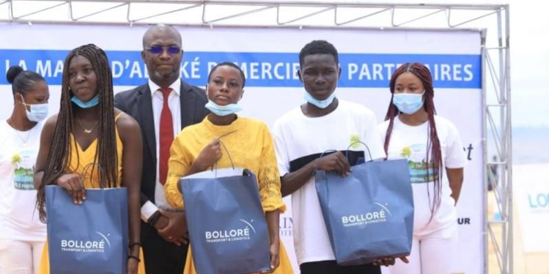 Ces meilleurs élèves d'Adiaké ont reçu des kits scolaires et des ordinateurs portables. (Dr)