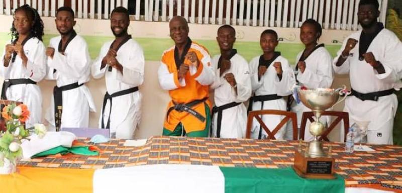 Une vue d'athlètes autour du président Bamba Cheick Daniel. (DR)