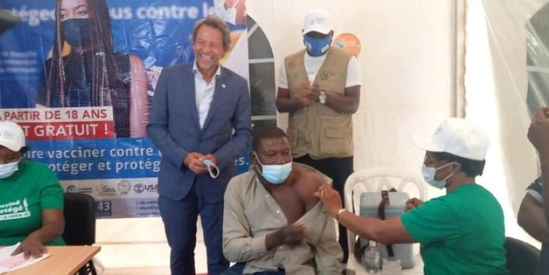 L'ambassadeur de l'Union européenne en Côte d'Ivoire (en costume), Jobst Von Kirchman, visitant un site de vaccination au Femua 13. (Edouard Koudou)