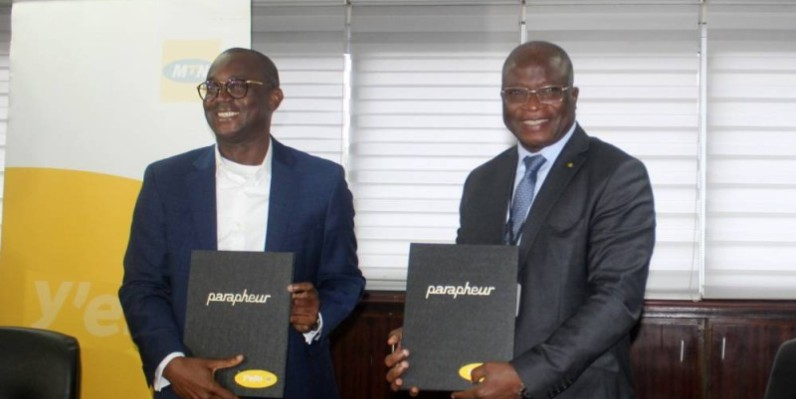 Djibril Ouattara, Dg de Mtn Côte d'Ivoire (à gauche), a échangé les parafeurs avec son homologue de l'Anader, Dr Sidiki Cissé. (Dr)