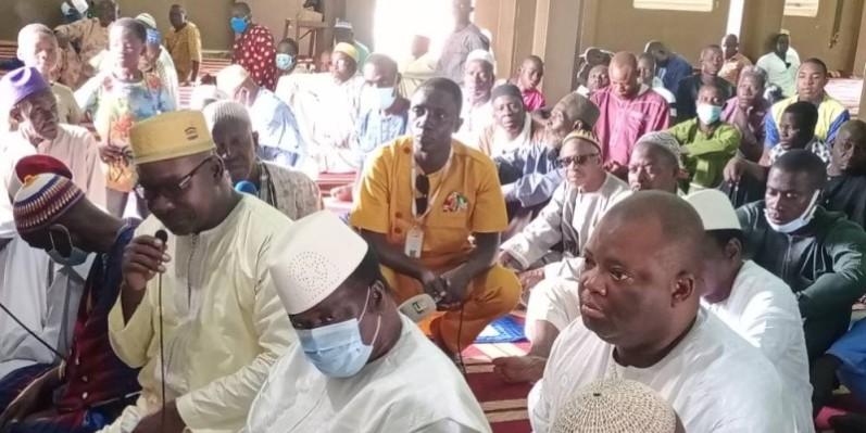 Les guides religieux et les fidèles musulmans ont prié pour le petit-fils de Péléforo Gbon. (Dr)