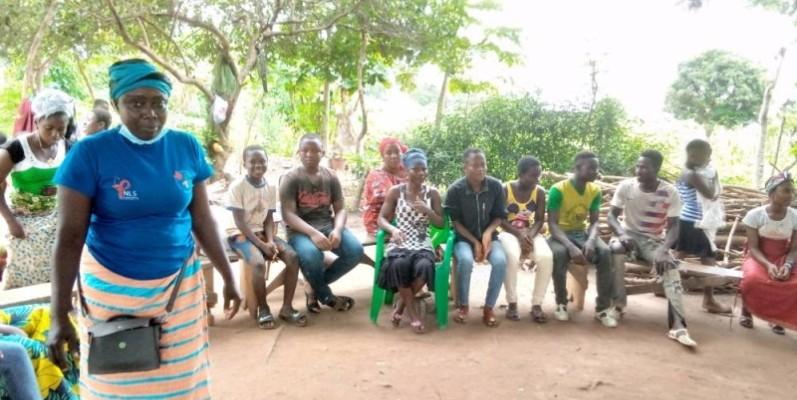 La mentor de Kpangbassou en pleine séance d'explication sur les méthodes de contraception. (Dr)