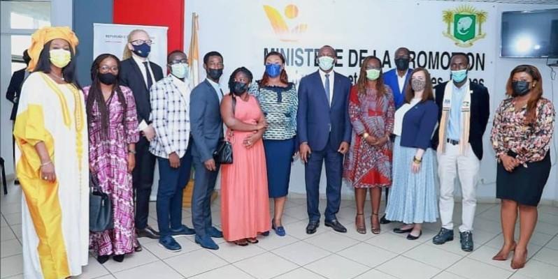 Les ministres Mamadou Touré et Myss Belmonde Dogo entourés des bénéficiaires. (DR)