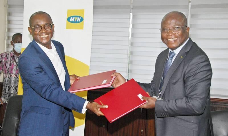 Échange de parapheurs entre Djibril Ouattara, directeur général de Mtn-Ci (à gauche) et Dr Sidiki Cissé, directeur général de l'Anader. (DR)
