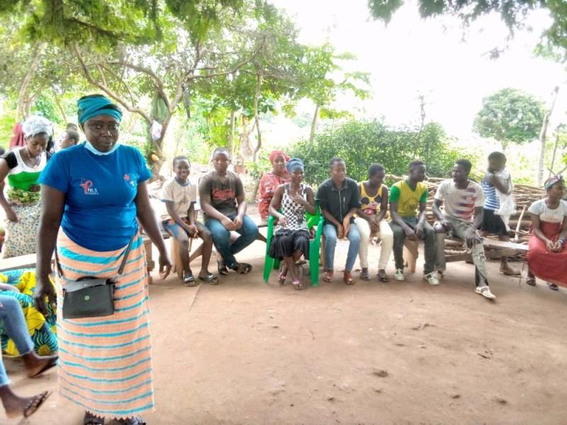 La mentor de Kpangbassou en pleine séance d'explication sur les méthodes de contraception.