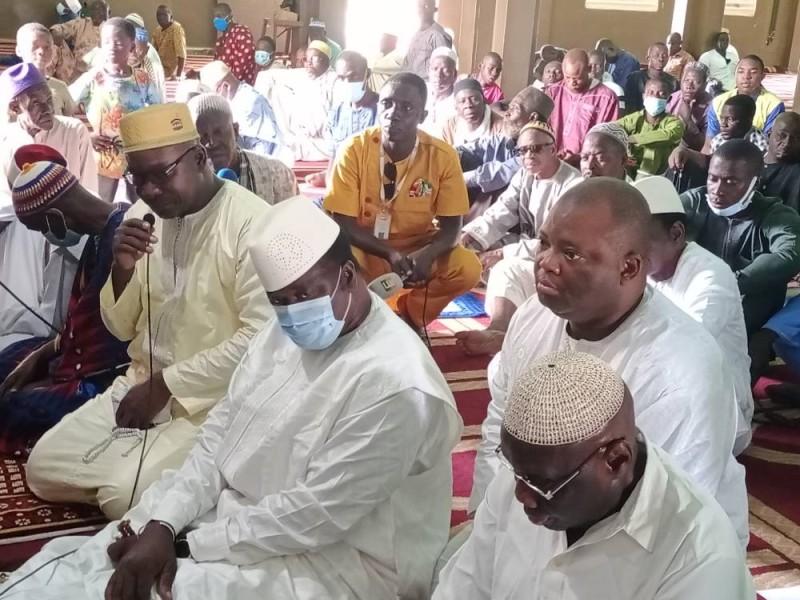 Les guides religieux et les fidèles musulmans ont prié pour le petit-fils de Péléforo Gbon.