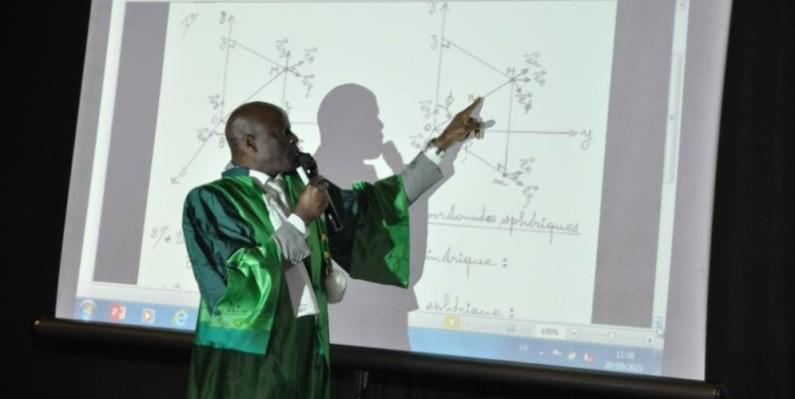 Le ministre de l'enseignement supérieur et de la recherche scientifique, professeur Adama Diawara,a dispensé le premier cours aux nouveaux étudiants. Ph D'dri Célestin